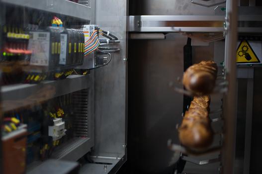 La machine stocke des baguettes précuites dans une partie réfrigérée et cuites en fonction de la demande dans un autre compartiment. (Image Mahaut Launay)