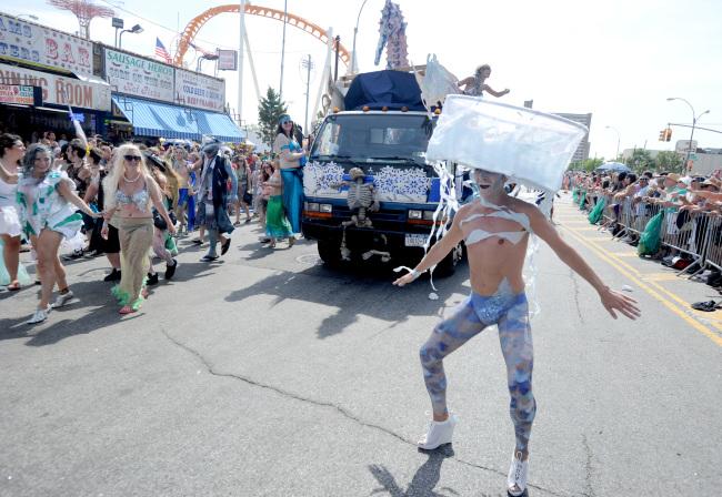 Mayor de Blasio and family march in Mermaid Parade - Coney Island