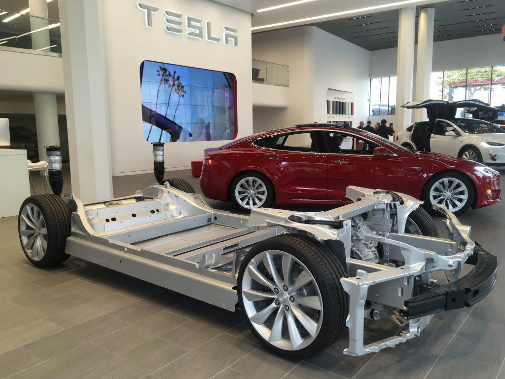 La batterie ithium-ion est plate et intégrée au châssis de la voiture. (Credit: Klervi Drouglazet)