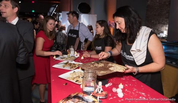 Anne Besset découpe quelques unes des mille parts de tartes flambées de La Soirée. (Crédit: Genevieve Shiffrar/Octavia)