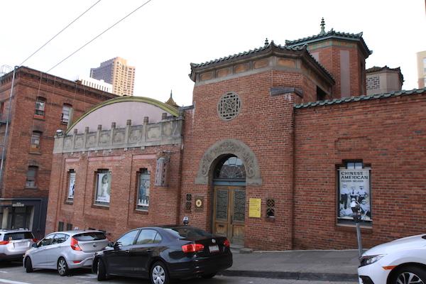 La façade de la Chinese Historical Society of America, oeuvre de Julia Morgan
