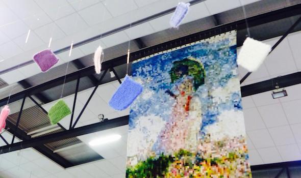 """Le tricot géant, reproduction de la toile de Monet """"La femme à l'ombrelle, mesure six mètres par quatre"""