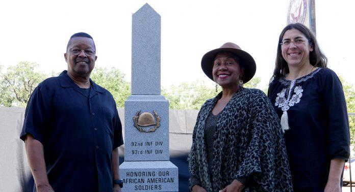Capitaine Matthews, directeur du Buffalo Soldier National Museum, Angela Holder, professeur d'histoire au Houston Community College, et Pulchérie Gueneau, professeur de français à Houston