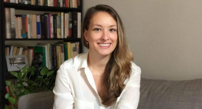 une femme-canapé-bureau-sourire-chemise blanche-psycologue