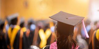Etudiant en robe académique et chapeau